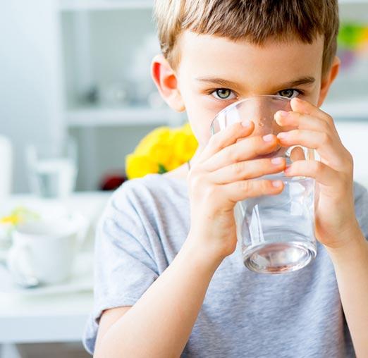 L'enfant boit de l'eau douce